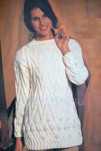 beliy-pulover-s-lictochkami